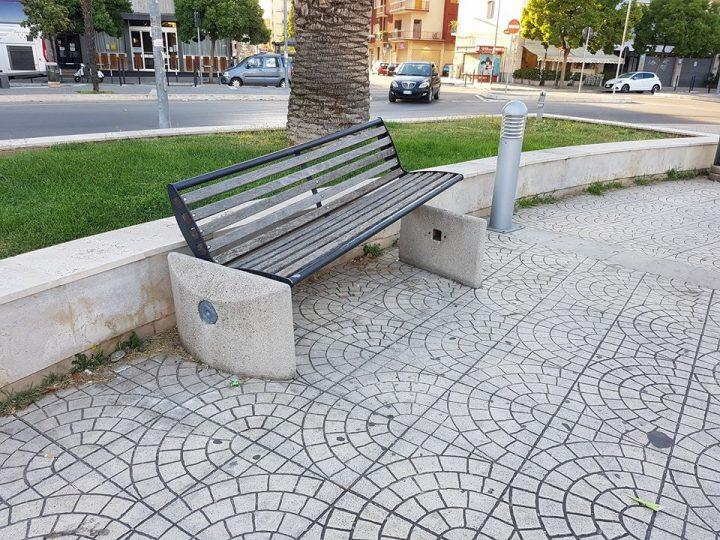 Arredi urbani distrutti in piazza Giulio Cesare