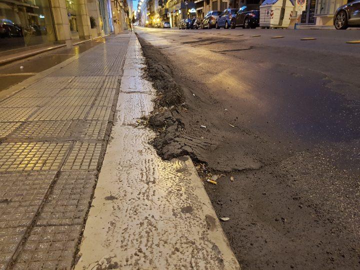 L'asfalto che invade il marciapiede