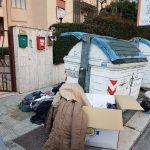 Residenti ingabbiati dai bidoni dell'Amiu in via Salvemini