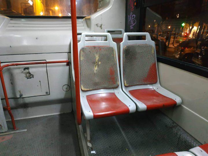 Degrado e sporcizia sugli autobus di città