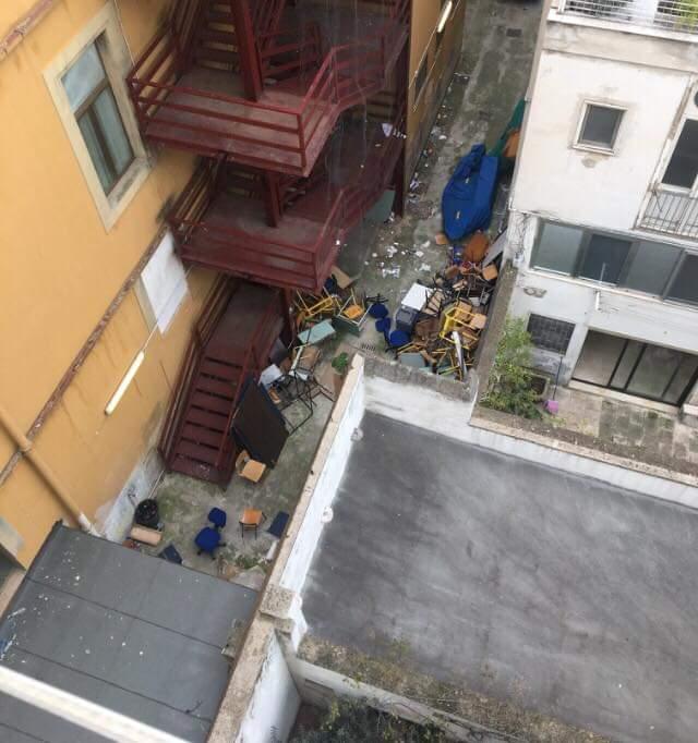 Rifiuti nel cortile del Liceo Scacchi: pericolo per gli studenti
