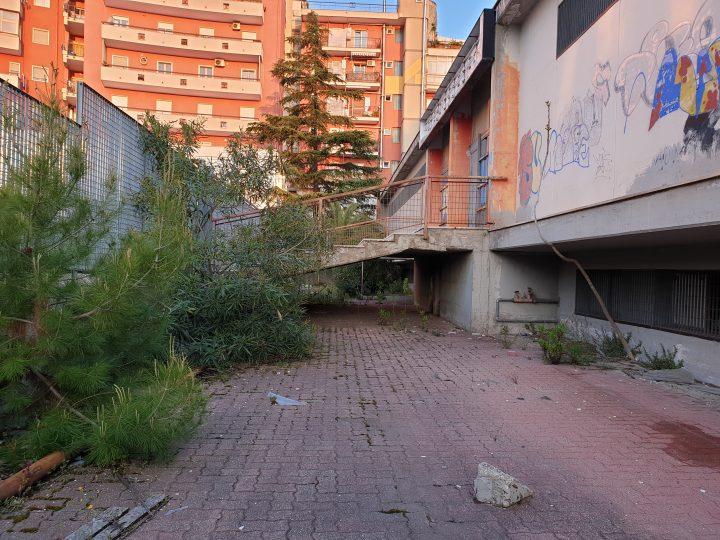 L'ex mercato coperto di Poggiofranco abbandonato a se stesso