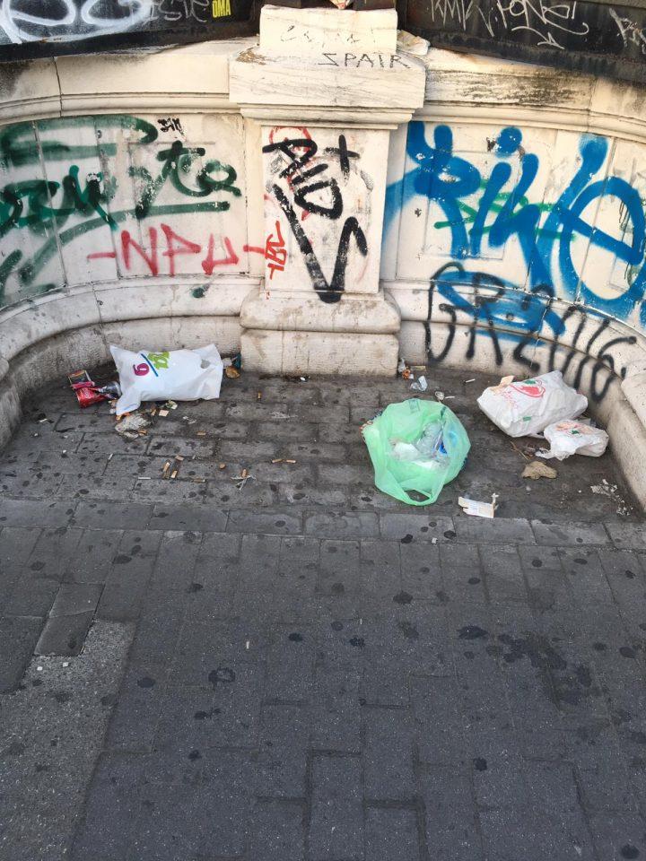 Ponte pedonale corso Cavour tra degrado e sporcizia